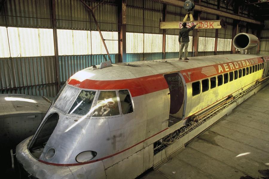 JPPorcher - aerotrain - FRANCE (Chevilly) 12/1990 Prototype de Aerotrain 1.80 HV dans le hangar abandonne de la plateforme de Chevilly. L'aerotrain est un vehicule s... - protected by IMATAG