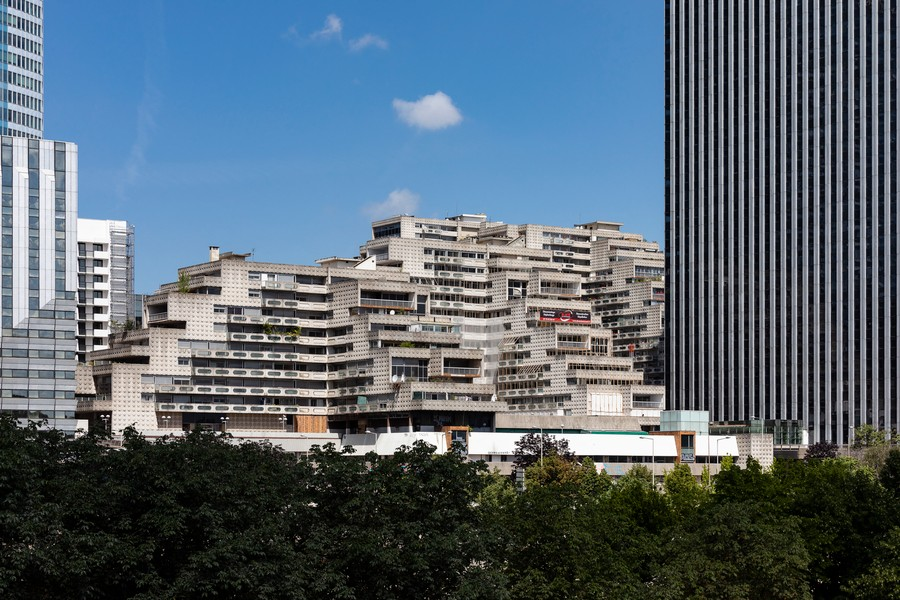 Sylvie HUMBERT - Immeuble des Damiers a La Defense - Immeuble qui doit être detruit en vue du projet des tours jumelles Hermitage à La Defense mais 4 locataires resistent. - protected by IMATAG
