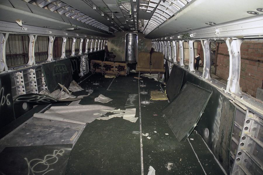 JPPorcher - aerotrain - FRANCE (Chevilly) 02/1991 Interieur saccage de l'Aerotrain 1.80-HV. Prototype de l'Aerotrain 1.80 HV dans le hangar abandonne de la plateform... - protected by IMATAG
