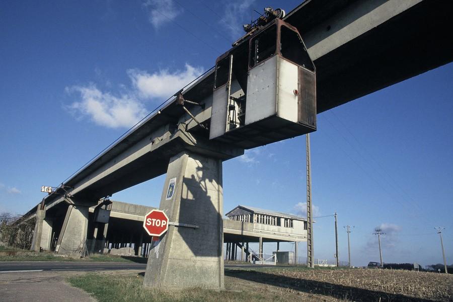 JPPorcher - aerotrain - FRANCE (Chevilly) 02/1991 Cabine d'entretien de la voie de guidage de l'Aerotrain au niveau de la plate-forme centrale de Chevilly. En 1969, ... - protected by IMATAG