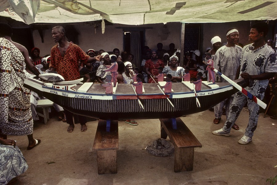 © Thierry Secretan - A fishing canoe coffin from Ghana - In 1988, a fishing canoe coffin containing the body of a fisherman from Teshie, a village near Accra, the capital of Ghana, will be soon carr... - protected by IMATAG