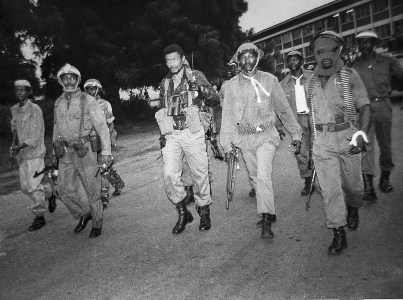 coll. Thierry Secretan - Flt. Lt. JERRY JOHN RAWLINGS FIGHTS BACK DURING A COUP ATTEMPT AGAINST THE PNDC - The Chairman of the PNDC, Flt. Lt. Jerry John Rawlings, center, in combat gear and arms, during his counter attack of a military coup attempt... - protected by IMATAG