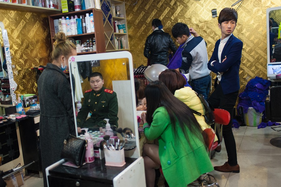 Julien Hazemann - THE WORLD OF THE MIN GONGS OF THE SECOND GENERATION  - He Long's hairdressing salon in the early evening is a meeting place for Jie Fang Bei's trendy young min gongs, most of whom work in KTV and ... - protected by IMATAG