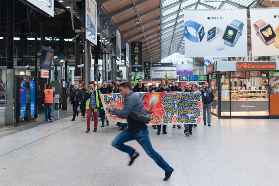 Julien Hazemann - THE DEMONSTRATION IN THE TRAIN STATION - The railway workers having a demonstration in the St-Lazare train station after a general meeting. - protected by IMATAG