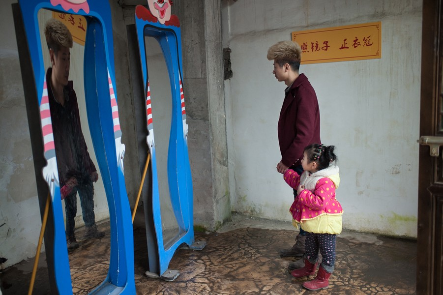 Julien Hazemann - THE MIN GONG'S LEISURE - He Long and his daughter Ying spend the day in a leisure park. Hairdresser in Chongqing, He Long returned to his village for the Chinese New ... - protected by IMATAG