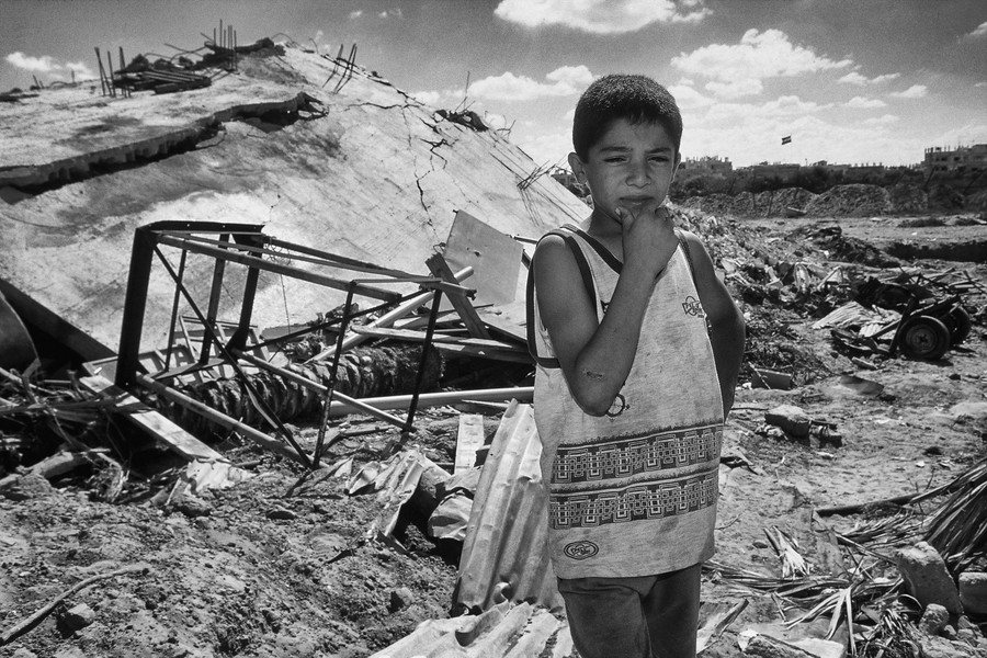 © Jean Pierre Porcher - A34_1-Editar.jpg - GAZA-Strip (Rafah) 04/2002 Palestinian child front the ruins of his house destroyed by Tsahal. Since 2001, the IDF has routinely demolished P... - protected by IMATAG