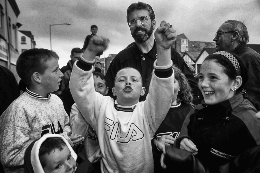 © Jean Pierre Porcher - A41_1-Editar.jpg - NORTHERN IRELAND  (Belfast) 07/1998 Gerry Adams with catholics children in Ormeau road. Gerry Adams has led Sinn Féin, Northern Ireland's sec... - protected by IMATAG