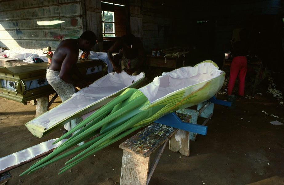 © Thierry Secretan - The green onion coffin from Ghana - A green onion coffin being finalized at Paa Joe's workshop in 1988 in Ghana for a green onion farmer sson to be buried in this particular cof... - protected by IMATAG