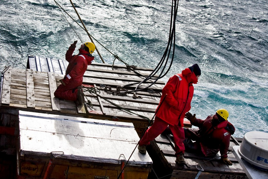 Francois Lepage - ATF - ENVIRONMENT - FRENCH SOUTHERN AND ANTARCTIC LANDS - NATIONAL NATURE RESERVE - Crew members of the L Aventure II landing craft carry out the operations of transhipment of the freight with the sailors of Marion Dufresne a... - protected by IMATAG