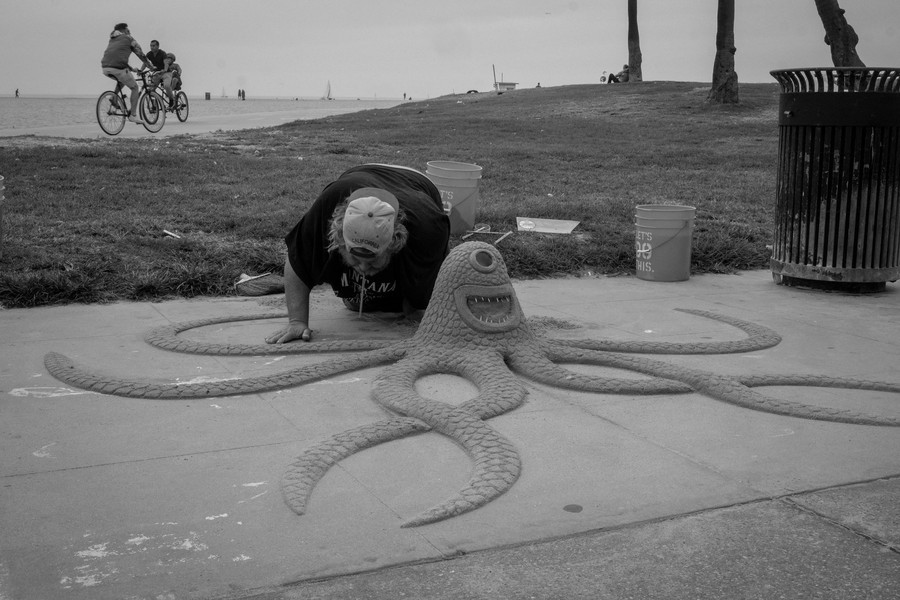 Thierry Secretan - Los Angeles 2017 - Sculpting with a straw in Venice beach' Ocean front walk - protected by IMATAG