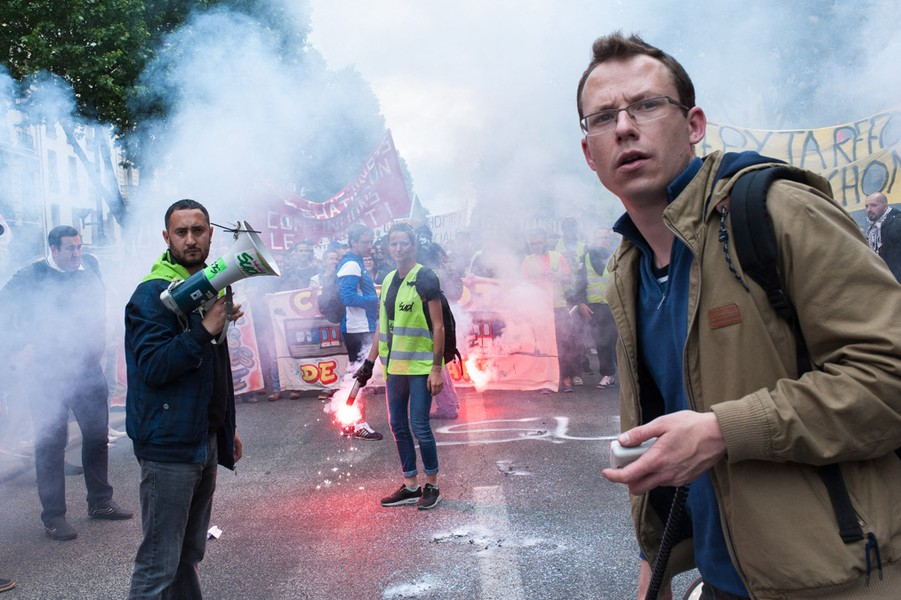 Julien Hazemann - RAILROADERS IN DEMONSTRATION - During the June 14th national protest again the labor act, the St-Lazare train station's railway workers' cortege is often interrupted by vio... - protected by IMATAG