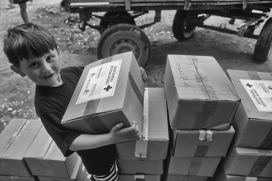 © Jean Pierre Porcher - A11_1-Editar.jpg - ALBANIA (Fier) 05/1999 Kosovar child with humanitary aid. Entre mars et juin 1999, 442 000 refugies kosovars sont arrives en Albanie. Le syst... - protected by IMATAG