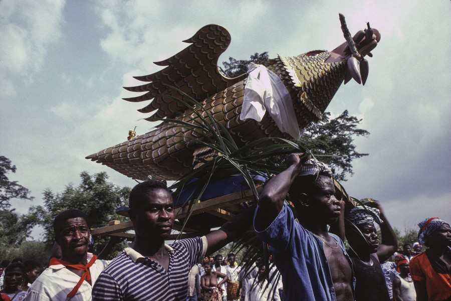 © Thierry Secretan - An eagle coffin on its way to the grave in Ghana - An eagle coffin on its way to the grave at Pokoasi, Ghana, in 1988 - protected by IMATAG