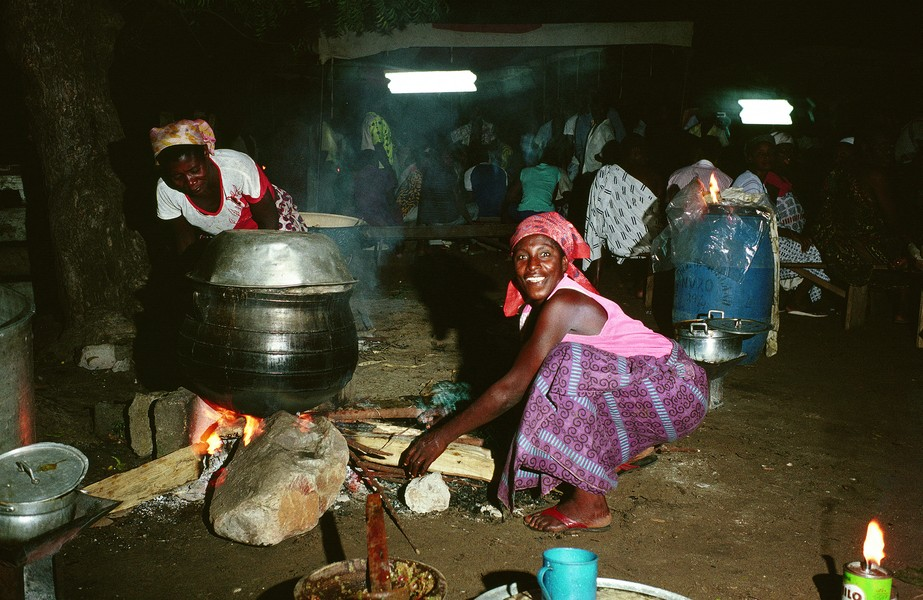 """© Thierry Secretan - Wake-keeping in Bortianor - In Bortianor, Ghana, women are cooking """"kenke"""", a traditionnal preparation of corn during a wake-keeping. - protected by IMATAG"""