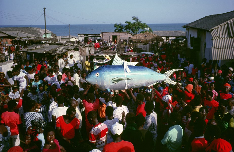 © Thierry Secretan - The sardine coffin from Ghana - A sardine coffin containing the body of the chief fisherman of Teshie, a fishing village near Accra, the capital of Ghana, is paraded through... - protected by IMATAG