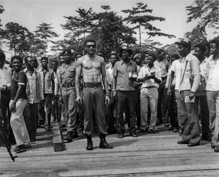 coll. Thierry Secretan - Flt. Lt. JERRY JOHN RAWLINGS, CHAIRMAN OF THE PNDC - J.J Rawlings in 1983 participates in repairing a bridge. - protected by IMATAG