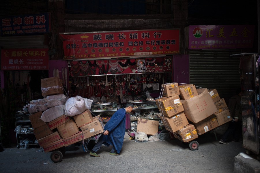"""Julien Hazemann - THE BURDEN OF THE MIN GONG - A min gong, working as """"bang bang"""" is delivering goods in the trade district of Chaotianmen. - protected by IMATAG"""