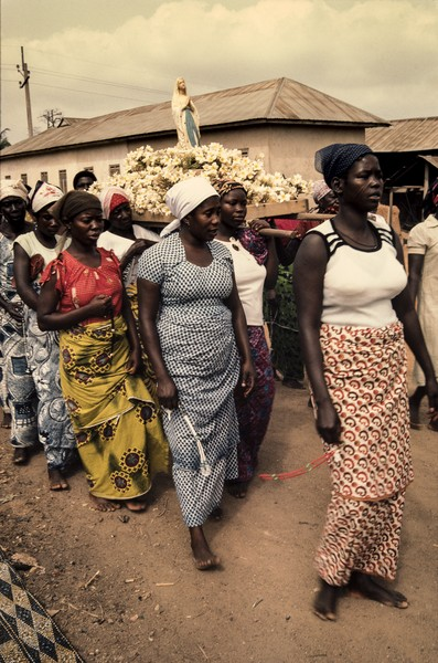 Thierry Secretan - Christians in Africa (Ghana) - A traditional Catholic procession in Buohon, Ghana - protected by IMATAG