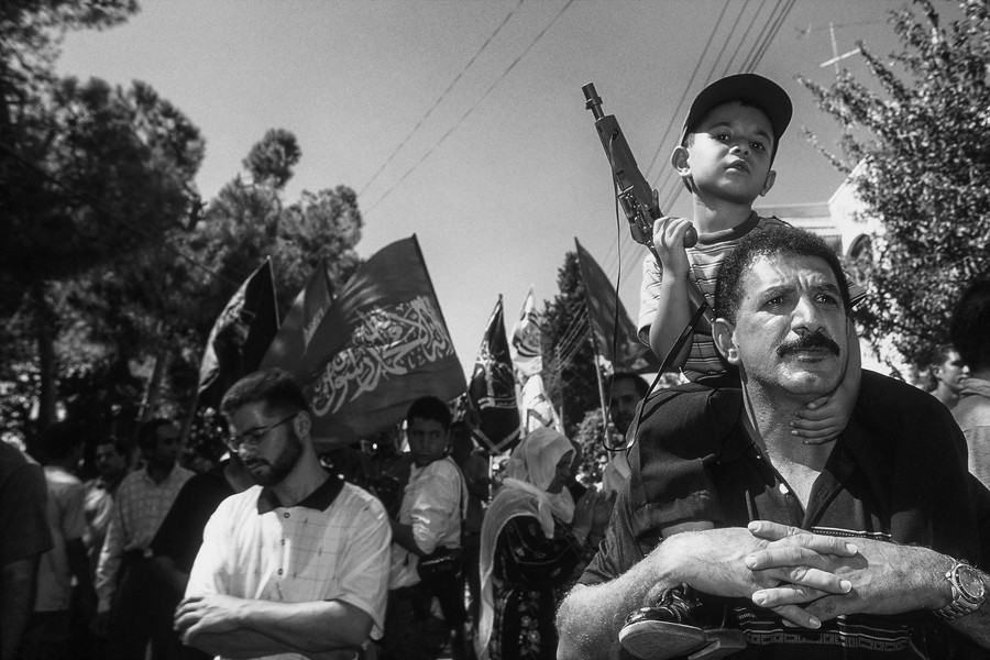© Jean Pierre Porcher - A10_1-Editar.jpg - PALESTINA (Ramallah) 09/2001 Palestinian child with toy gun on the shoulders of his father,during funerals of fighter, killed the preceding d... - protected by IMATAG