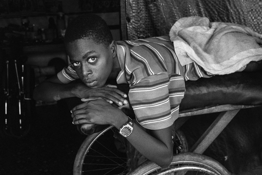 © Jean Pierre Porcher - A38_1-Editar.jpg - SIERRA-LEONE (Freetown) 2001 Christopher disabled by bullet in spine in Murray camp. - protected by IMATAG