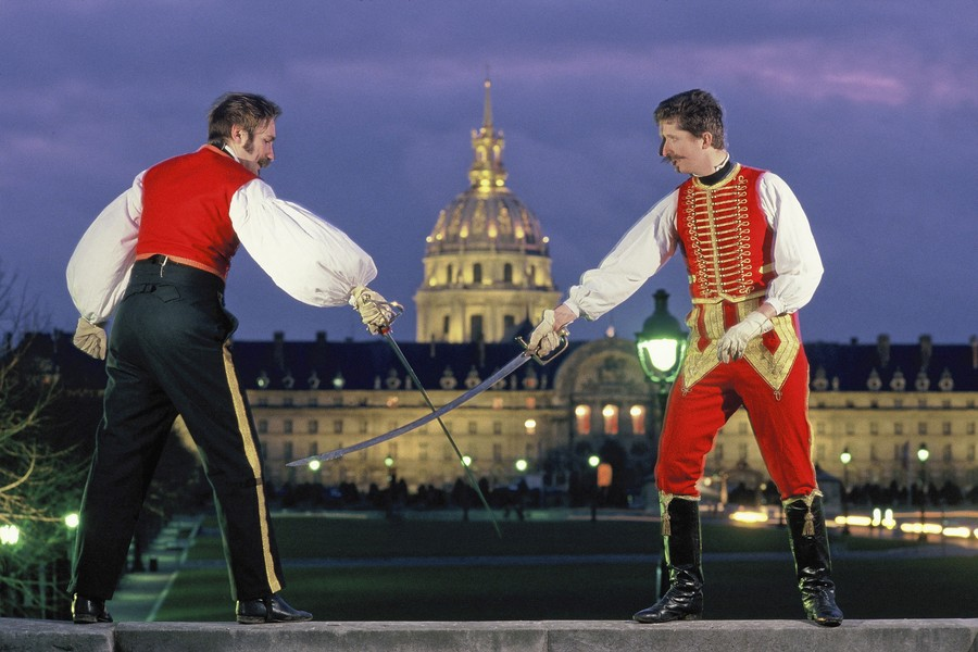 © Jean Pierre Porcher - Les fous de l'Empire - FRANCE (Paris) 01/1992 Duel entre deux officiers de la Garde Imperiale devant les Invalides ou repose l'Empereur. Duel between two officers o... - protected by IMATAG