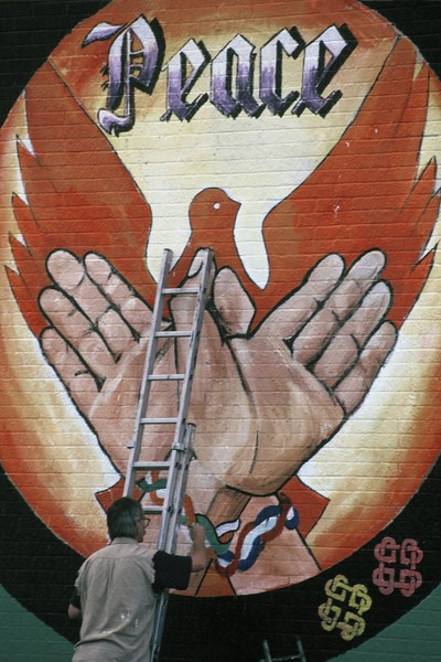 © Jean Pierre Porcher - DSC_008_1.jpg - NORTHERN IRELAND (Portadown) 07/1995 A painter makes mural paint for the peace on  catholic Garvaghy road side.  Les peintures murales d'Ir... - protected by IMATAG