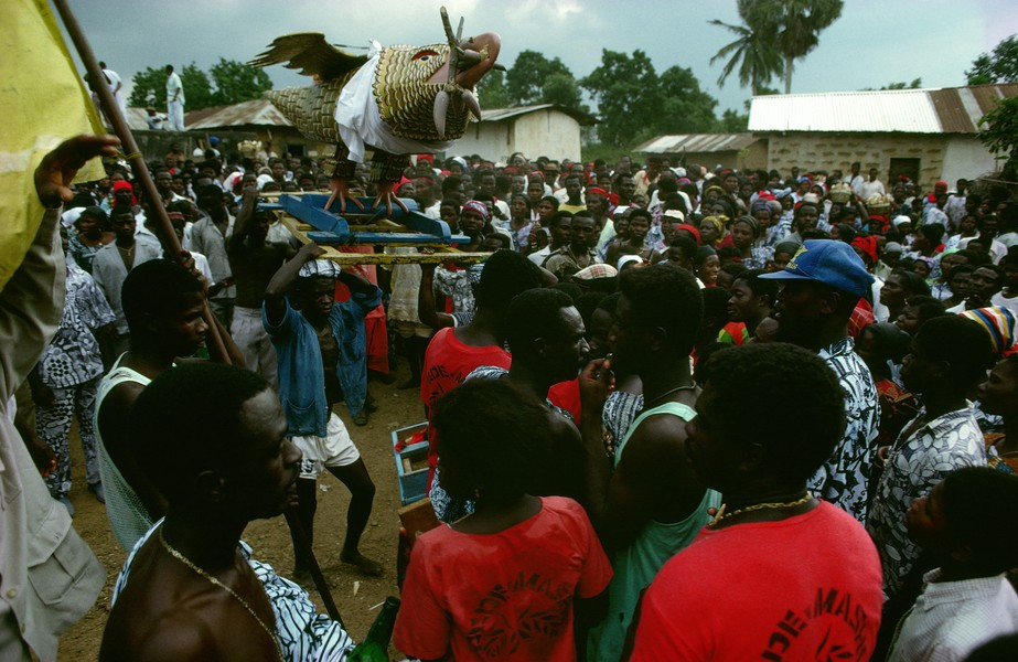 © Thierry Secretan - The eagle coffin from Ghana - In 1991, an eagle coffin containing the body of the former chief of Pokoasi, Ghana, is paraded through the village streets on its way to the ... - protected by IMATAG