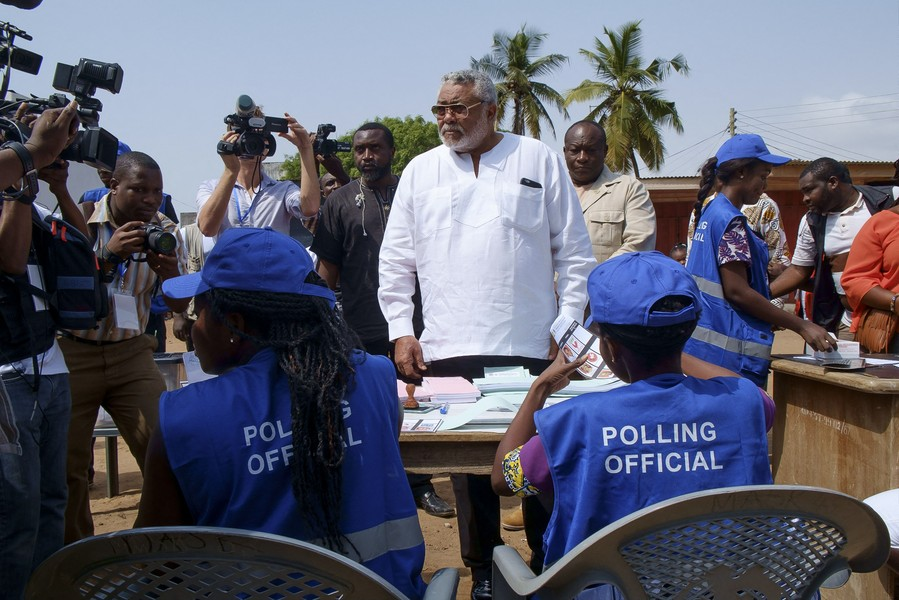 Thierry Secretan - FORMER PRESIDENT OF GHANA JJ RAWLINGS AT HIS POLLING STATION. L'ANCIEN PRÉSIDENT JJ RAWLINGS À SON BUREAU DE VOTE - Jerry John Rawlings votes in Osu, a part of Accra where his daughter is running for elections.Jerry John Rawlings vote à Osu, un quartier d'A... - protected by IMATAG