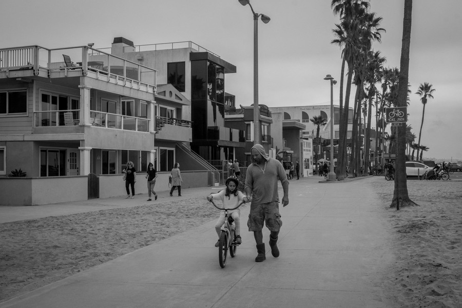 © Thierry Secretan - Los Angeles 2017 - Bicycle lesson on Ocean Front Walk, Venice Beach - protected by IMATAG
