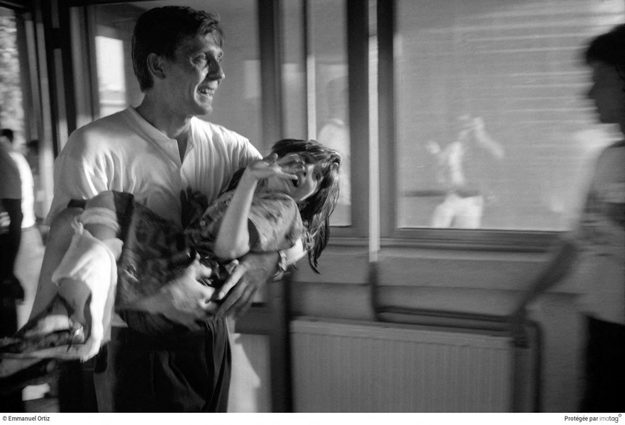 Emmanuel Ortiz - BALKANS EN GUERRE - 1994 ; Bosnia Herzegovina : Sarajevo : A father brings his wounded daughter to Sarajevo's Kosevo's Hospital. - protected by IMATAG