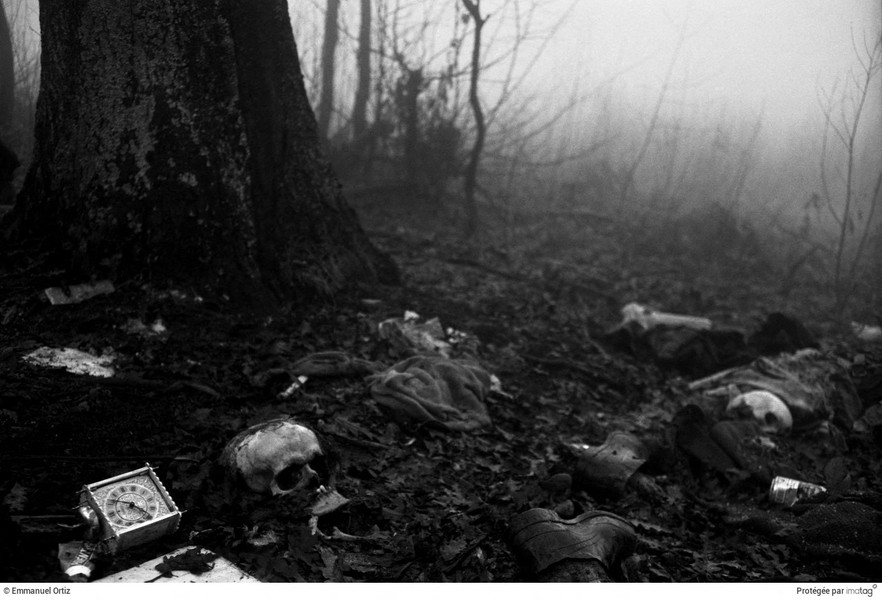 Emmanuel Ortiz - 16BOS-074.jpg - 1995 ; Bosnia Herzegovina  ; Near Srebrenica,the remains of Bosnian Muslims litter the forest around Srebrenica.Most of the 8000 Bosnian Musl... - protected by IMATAG