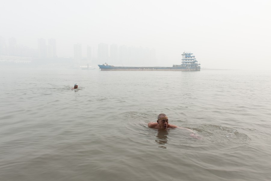 Julien Hazemann - CROSSING THE YANGTZE - True to tradition, Chongqing residents swim in the Yangtze River, the country's main river.  In the fifties, Mao already bathed at the same s... - protected by IMATAG