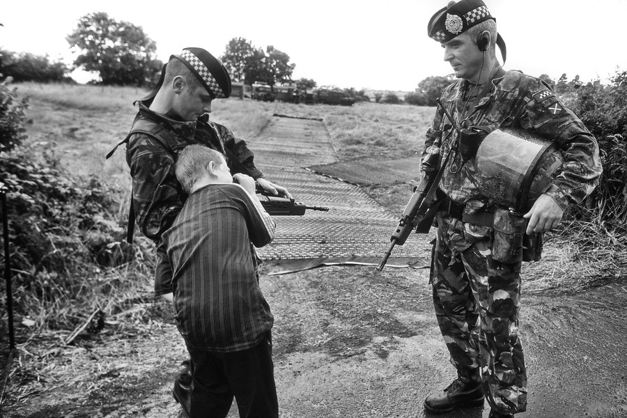 © Jean Pierre Porcher - A29_1-Editar.jpg - NORTHERN IRELAND (Portadown) 07/1999 Catholic child looking in britanic gun. The Drumcree conflict or Drumcree standoff is an ongoing dispute... - protected by IMATAG