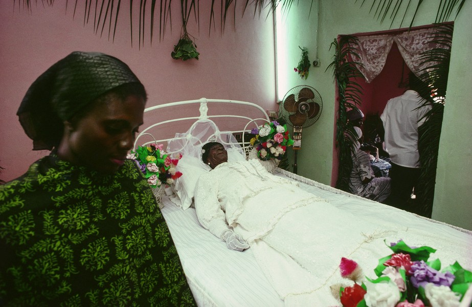 © Thierry Secretan - Mary Deddeh Attoh's wake-keeping - In Dansoman a suburb of Accra the capital of Ghana the body of Mary Deddeh Attoh lies in state for a 24 hours wake-keeping. - protected by IMATAG