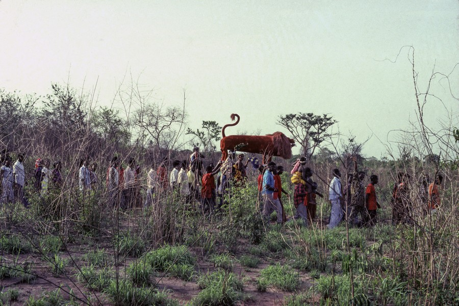 © Thierry Secretan - A lion coffin on its way to the grave. Ghana - A lion coffin containing the body of Aflache Ayoko, a prominent hunter of the village of Oyarifa, Ghana, on its way to the grave in 1991. - protected by IMATAG
