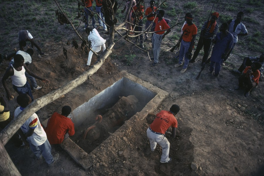© Thierry Secretan - Burial a lion coffin in Ghana - A lion coffin containing the body of Aflache Ayoko, a prominent hunter of the village of Oyarifa, Ghana, is buried in 1991. - protected by IMATAG