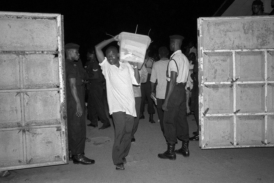 © Thierry Secretan - Presidential elections Ghana 2000 - protected by IMATAG