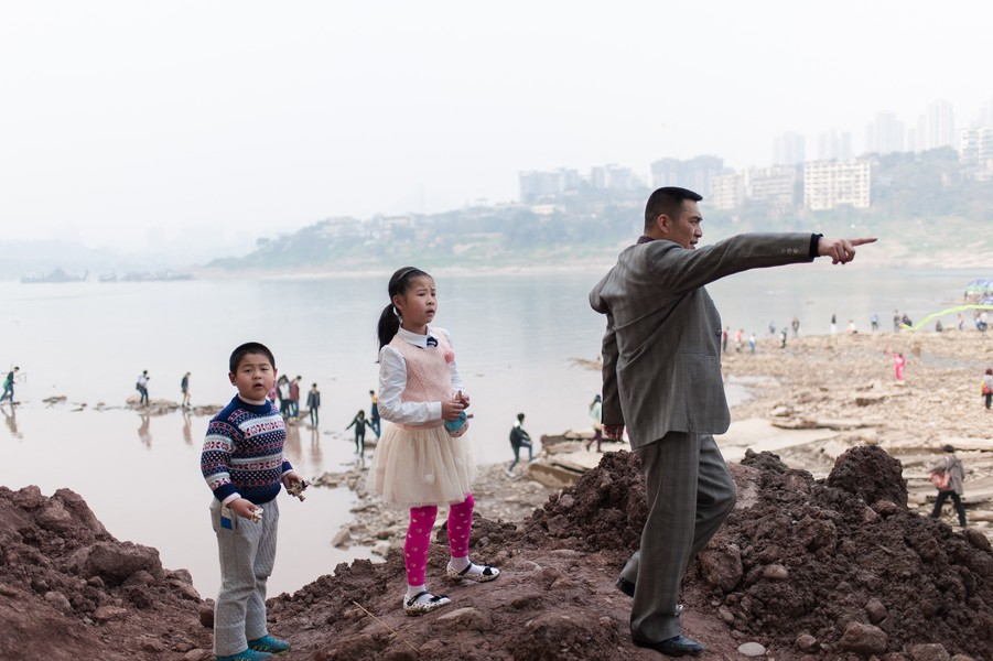 """Julien Hazemann - THE HORIZON OF THE MIN GONGS  - On a Sunday of spring, a middle-class family is headed to Ciqikou Beach, located at the heart of Chongqing and destined to become its """"Malibu"""". - protected by IMATAG"""