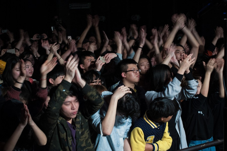 Julien Hazemann - THE AUDIENCE OF THE NUTS - Young citizens and young min gongs mix in the audience of the Nuts, mythical club of the underground scene of Chongqing. - protected by IMATAG