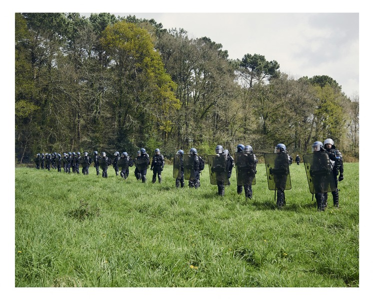 cyril zannettacci - The positioning - The security forces are positioned in the middle of the field facing the forest of Rohanne. - protected by IMATAG