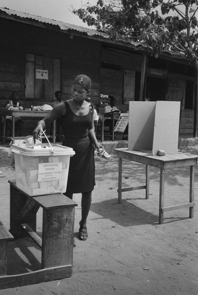 Thierry Secretan - DRESSED TO VOTE - A Ghanaian woman votes during the 2000 presidential elections - protected by IMATAG