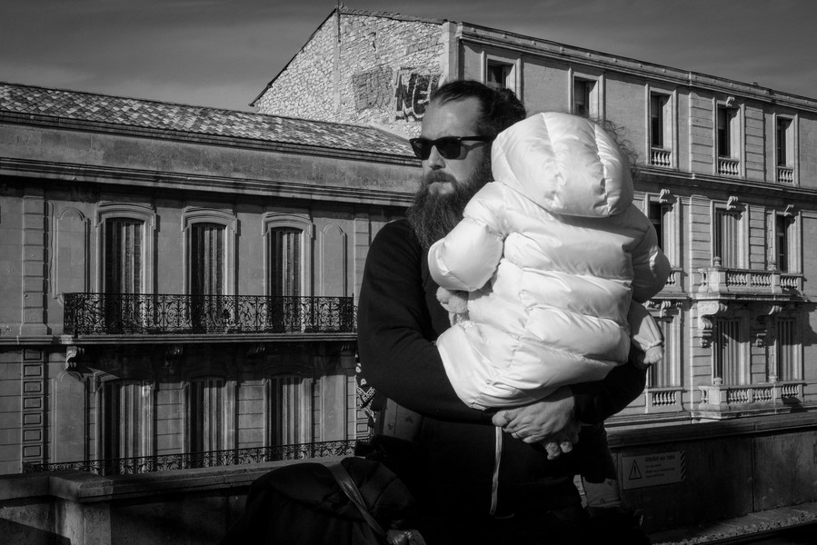 © Thierry Secretan - Déplacements - Father and child in Nîmes train station - protected by IMATAG