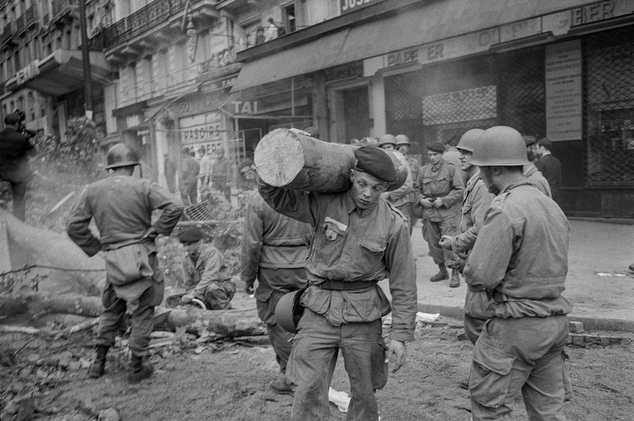 Alain Noguès - May 68 - Soldiers removing a barricade on the boulevard Saint Michel. - protected by IMATAG