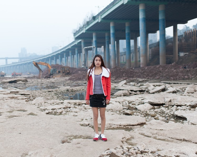 Julien Hazemann - THE SUNDAY OF THE MIN GONG - Chen Xue comes to Ciqikou beach on Sundays with her sister and friends. She has her own restaurant. She's a young min gong. Her parents, who ... - protected by IMATAG