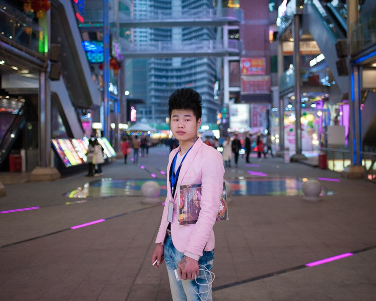 Julien Hazemann - THE MIN GONG STYLE - Shi Kun is employed in one of the dance clubs of the Deyi fashion mall, a shopping center that young rural and trendy migrants like him frequ... - protected by IMATAG