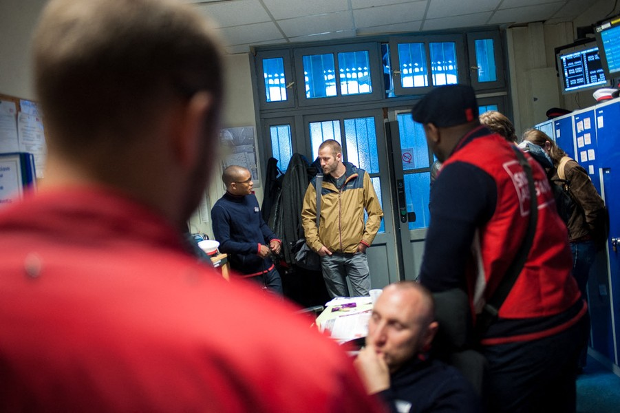 Julien Hazemann - BRINGING INTO THE STRIKE - Arnaud talks to some non-strikers to try to convince them to join the june 14th national movement. They all agree of the useful of this fight... - protected by IMATAG