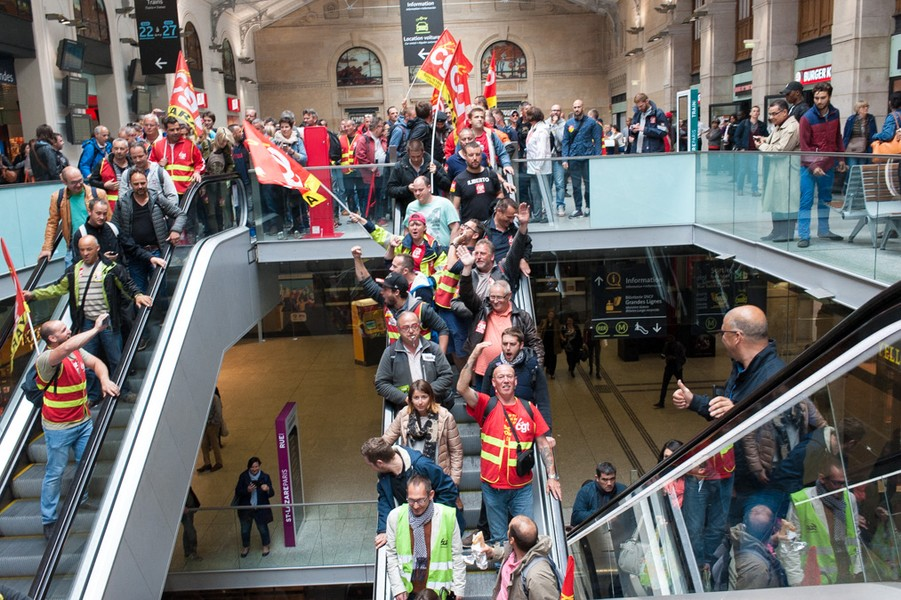 Julien Hazemann - THE DOCK WORKERS IN THE TRAIN STATION - Several hundred dock workers on strike cross the St-Lazare railway station to the 14 June national demonstration, the highlight of the moveme... - protected by IMATAG