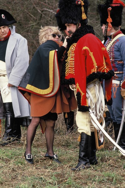 © Jean Pierre Porcher - Les fous de l'Empire - FRANCE (Fontainebleau)  01/1993 Femme d'un napoleonien l'aidant a fixer son shako d'officier. Woman helping his passionate husband  - protected by IMATAG